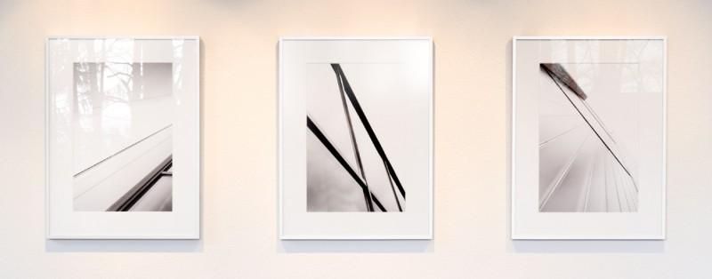 Vergleich Spiegelung bei Normalglas glänzend, Weißglas einseitig mattiert, Museumsglas entspiegelt
