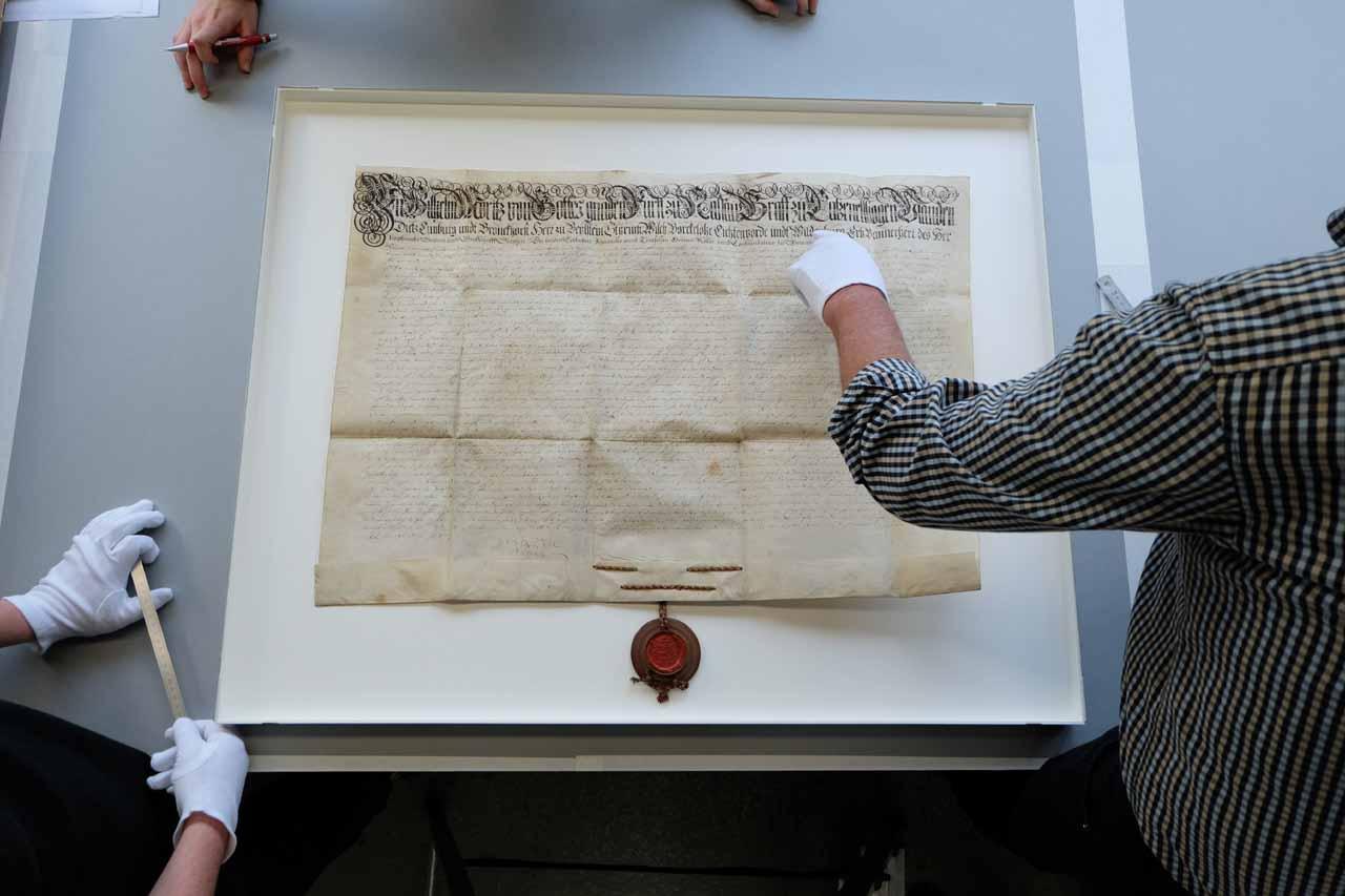 Rahmung des Fleckenprinzips von 1687 in Bilderrahmen von HALBE