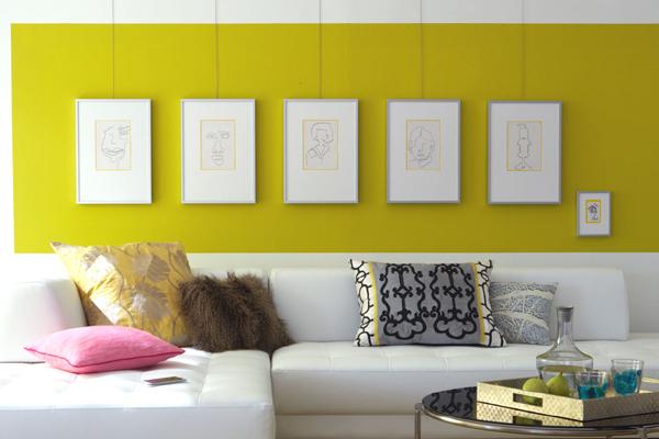 Bilderrahmen auf farbiger Wand in gelb