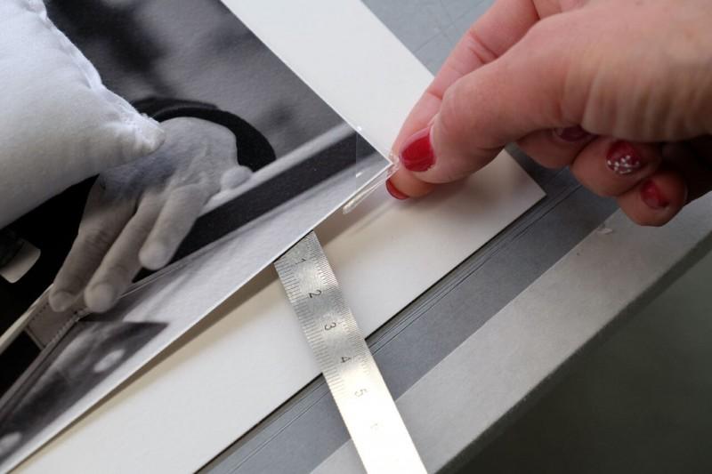 Fotoecken ankleben - Klapp-Passepartout abgedeckt montiert mit Fotoecke klar