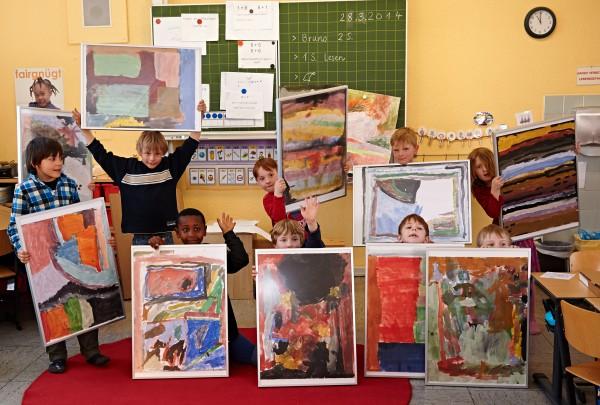 HALBE-Kinder-halten-gerahmte-Bilder-hoch