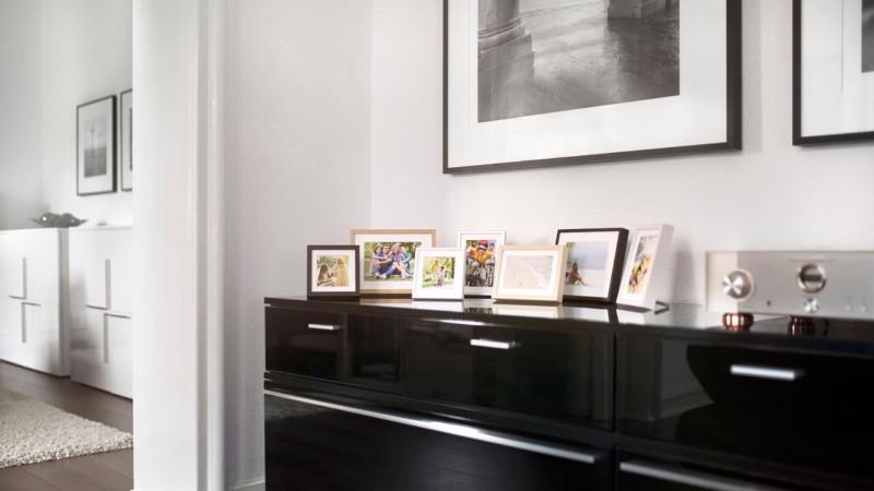 Fotorahmen in verschiedenen Größen auf Sideboard