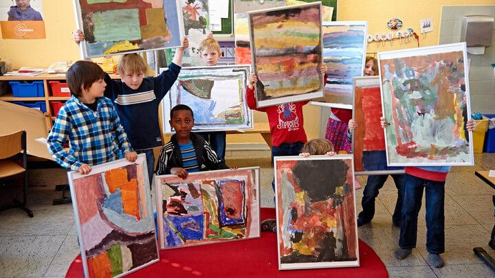 Schüler zeigen Ihre Werke eingerahmt in Bilderrahmen von HALBE
