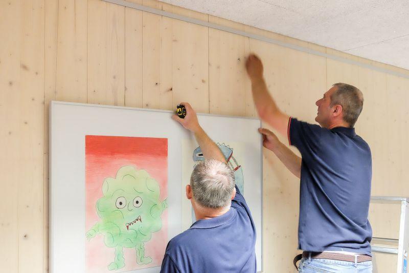 Aufhängeservice Montage Bilderrahmen an Galerieschienen