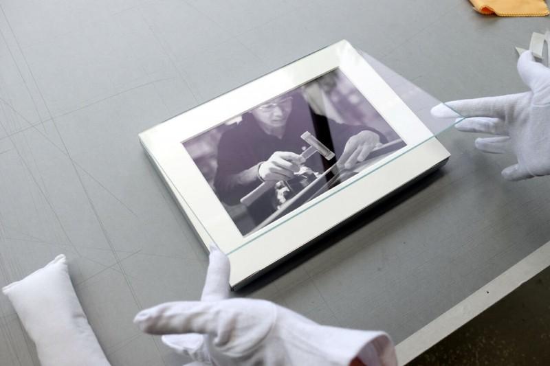 Glas einsetzen - Klapp-Passepartout abgedeckt montiert mit Fotoecke klar