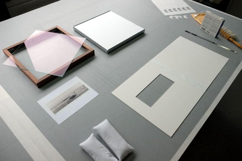 Vorbereitung - Bild im Klapp-Passepartout abgedeckt montiert mit Klug Fotoecke