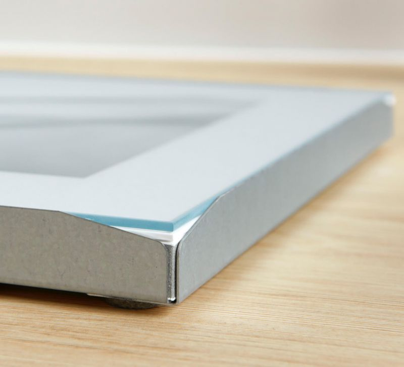 Classic magnetic frame with protruding edge for easy replacement