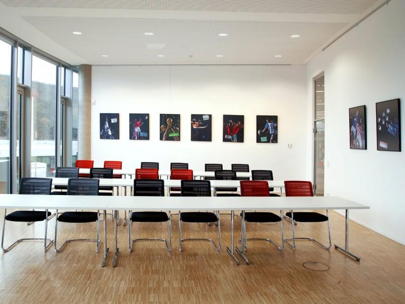 Galerieschiene in Büro oder Konferenzräumen