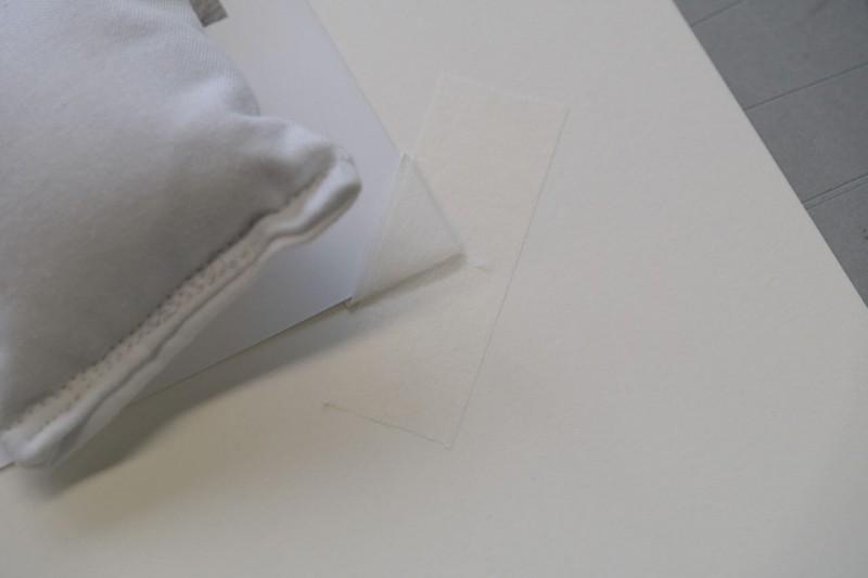 Klug Fotoecke mit P90 Fälzelpapier auf dem Hintergrundkarton festkleben