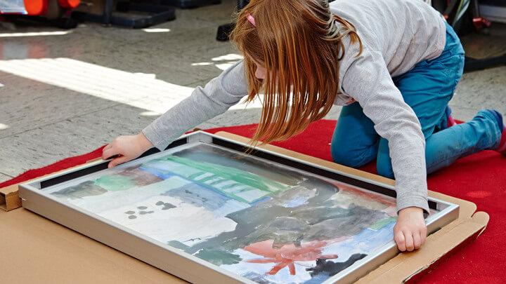 Schüler rahmen Ihre Bilder selbst in Bilderrahmen ein