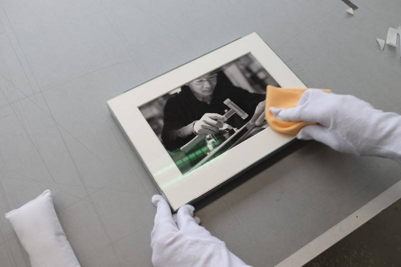 Glas abwischen - Klapp-Passepartout abgedeckt montiert mit Fotoecke klar