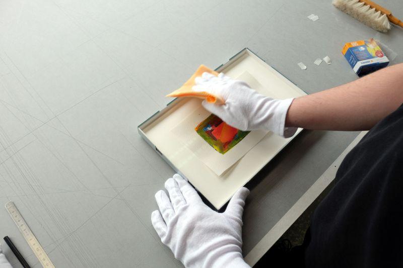 Glas säubern - Frei montiert mit Herma Sticker im Distance Rahmen