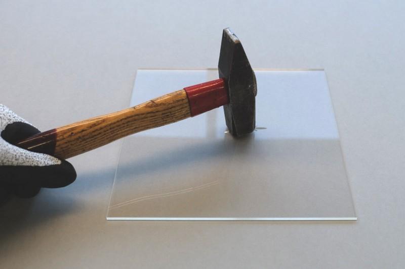 Plexiglas mit Hammer beschädigt