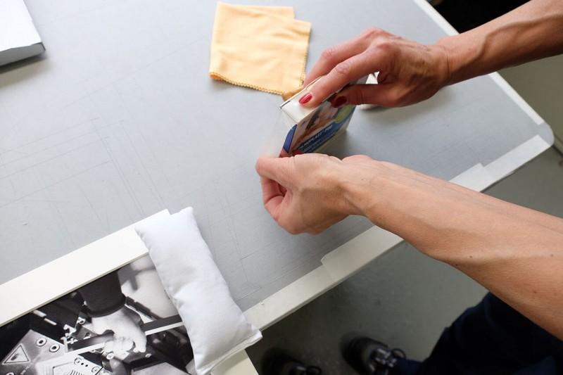 Festkleben des Bildes rückseitig am Passepartout vorbereiten