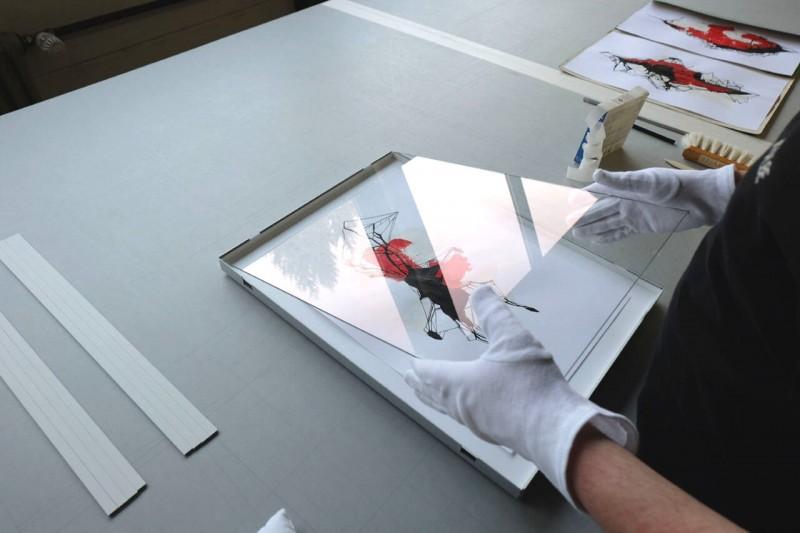 Glas in Rahmen einlegen - Frei montiert mit verstärkter V-Falz im Distance Rahmen