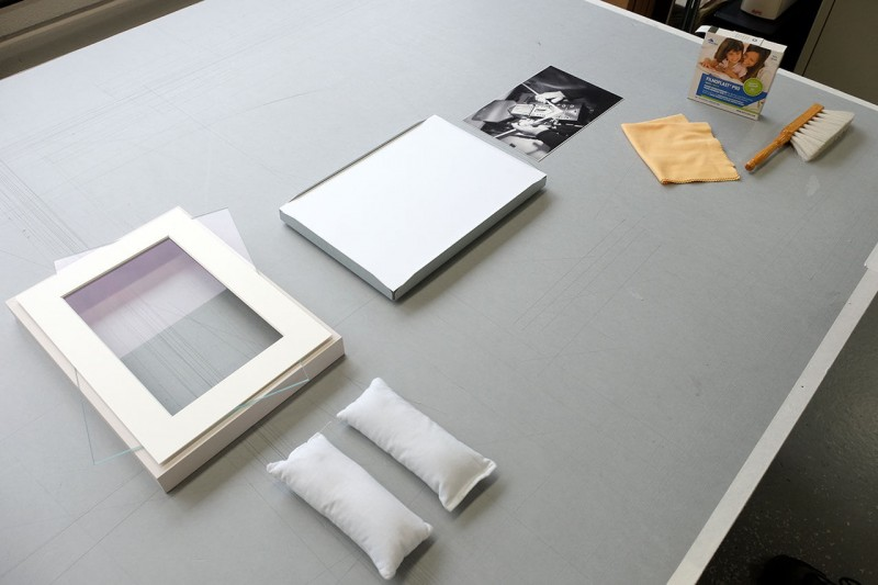 Bereitlegen von Rahmen, Passepartout, Bild und Montagematerial