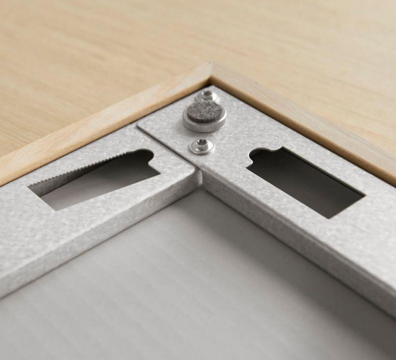 Die Rückseite des Conservo ist mit geraden und schrägen Aufhängelöchern mit Nivellierhilfe versehen.