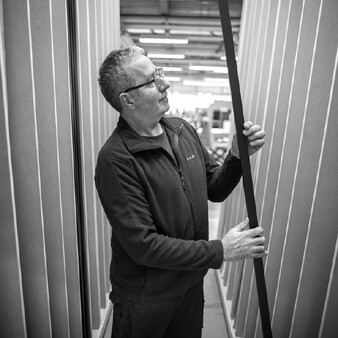Bernd prüft Maserung der Holzleisten