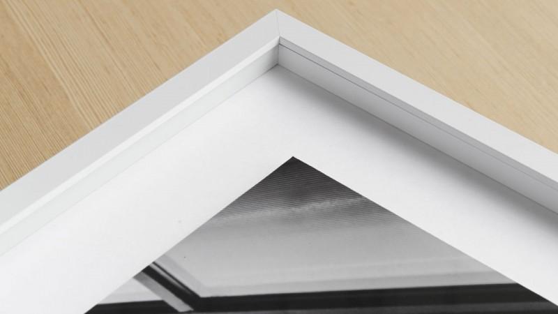 Freigestellte Montage eines Bildes auf Hintergrundkarton in einem Distance-Magnetrahmen